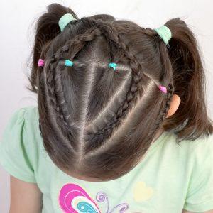 Peinado con ligas de colores y trenzas pegadas