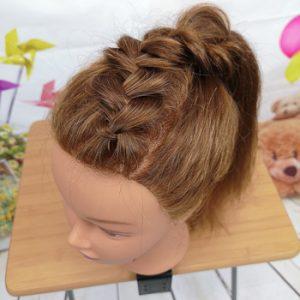 Peinado con coleta alta y trenza superior